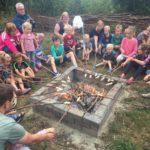 Kampvuur op kindvriendelijke minicamping in Drenthe