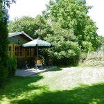 tuin bij huurchalet minicamping Drentsheerlijk